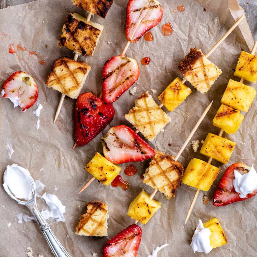 Skewers with grilled strawberries and squares of shortcake